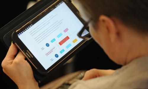 Властям РФ предложили раздавать пенсионерам бесплатные планшеты
